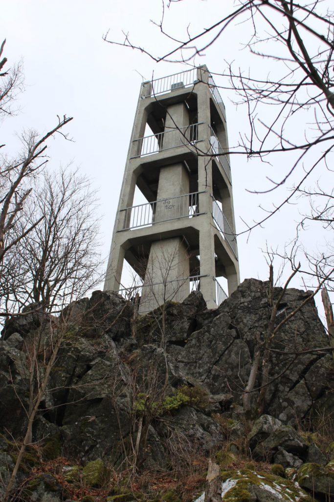 Góra Ślęża, wieża widokowa na Zbójnickich Skałach